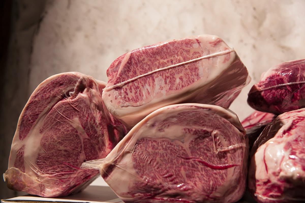 雪室の中の肉。安定した温度と湿度のなかで2~3週間寝かせることで旨味成分が増えていきます。