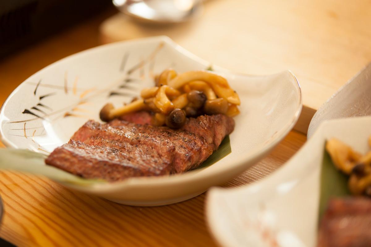 焼いたあとは食べやすい大きさにスライスして、和食器に盛り付け。